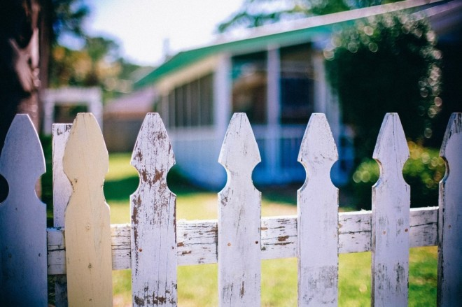 picket-fences-349713_1280-1024x682